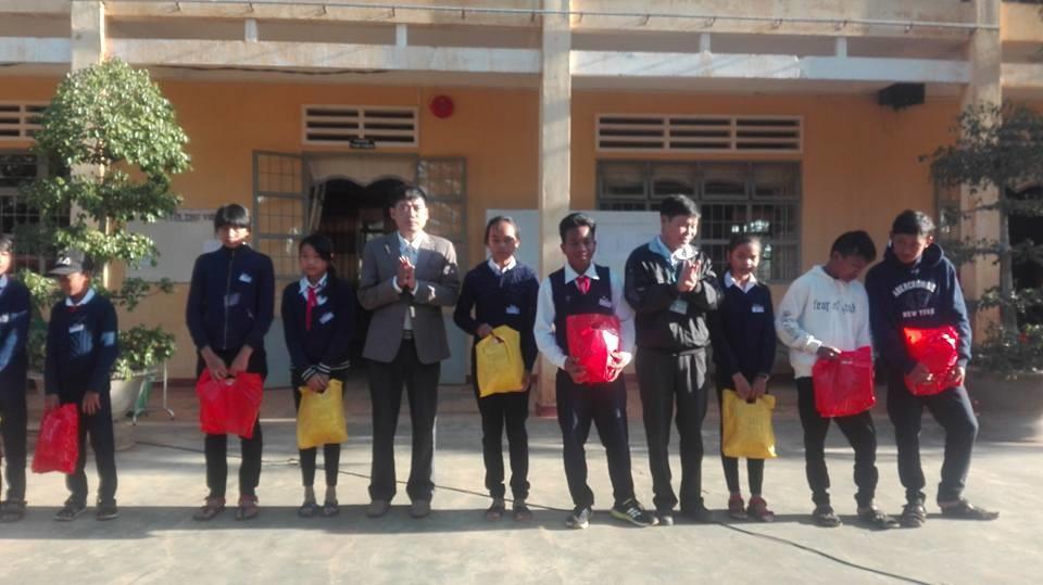 Tặng quà cho học sinh có hoàn cảnh khó khăn nhân dịp tết Nguyên đán Mậu Tuất