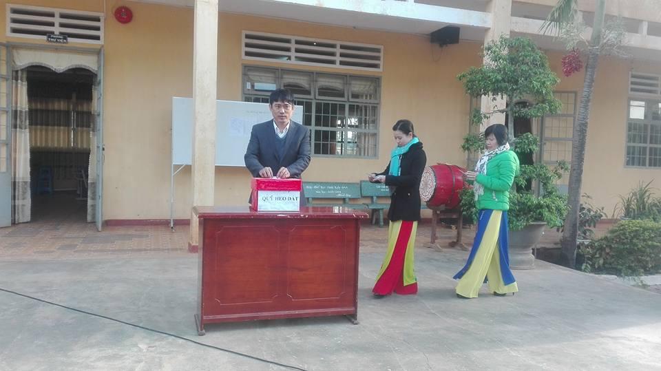 CB-GV-NV nhà trường ủng hộ quỹ heo đất